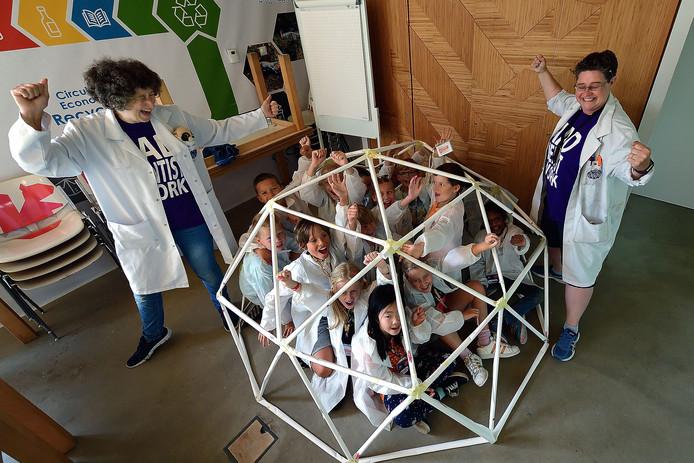 Mad Science zomerkamp in Natuurpodium .Kinderen in de zelfgemaakte geodome met professor Smartie (links) en Jo H2O (rechts).