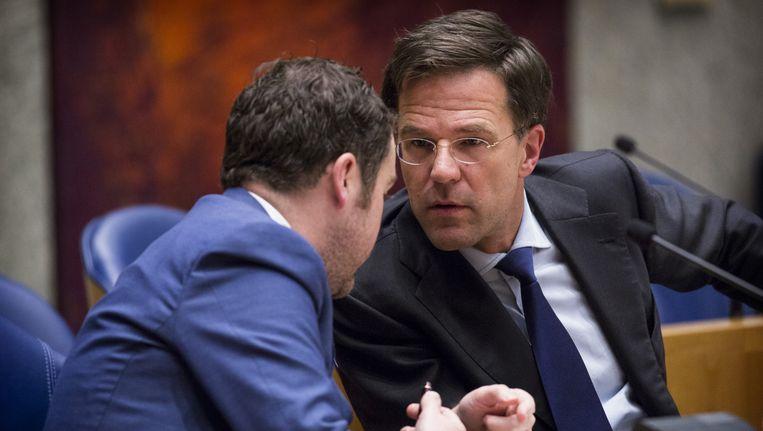 Staatssecretaris Klaas Dijkhoff en premier Mark Rutte in overleg tijdens het asieldebat. Beeld anp