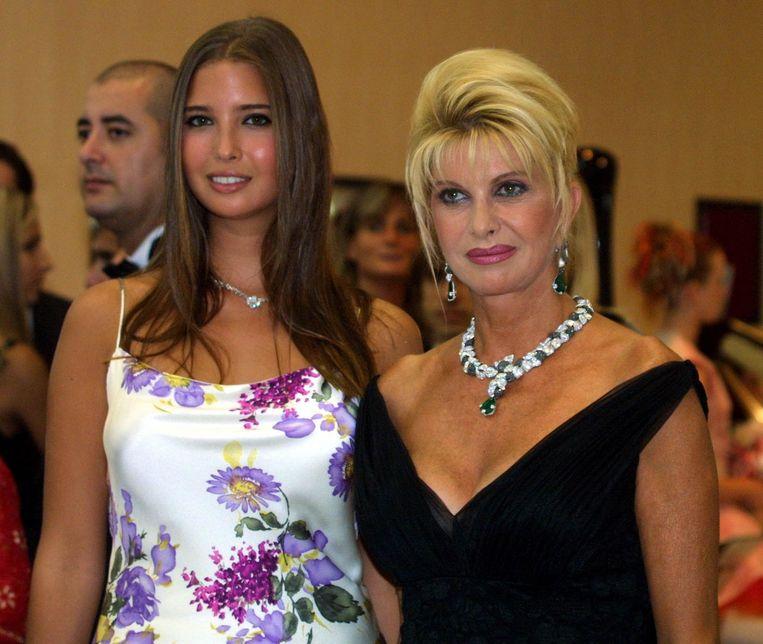 Ivanka en haar moeder Ivana Trump in 2001. Beeld AFP