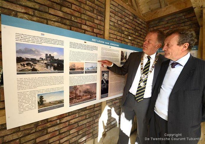 Burgemeester Roel Cazemier van Dinkelland laat zijn Franse bezoek het nieuwe monument zien.