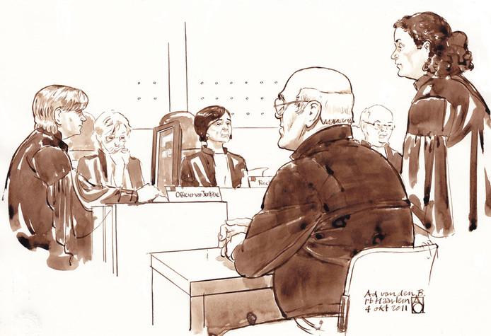 Rechtbanktekening van de zaak rondom Ad van den B. Vlnr.: Officier A. Peters, rechter, voorzitter A.A.F. Donders, Ad van den B., rechter en advocaat A. Cimen, in april van dit jaar. © ANP