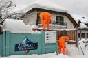 Het lawinegevaar rond de Zwitserse stad Zermatt is enigszins afgezwakt.