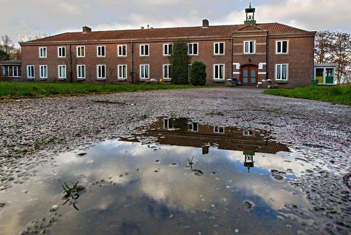Het klooster aan de Albertlaan in Sterksel stond leeg voordat het een hotel voor arbeidsmigranten werd.