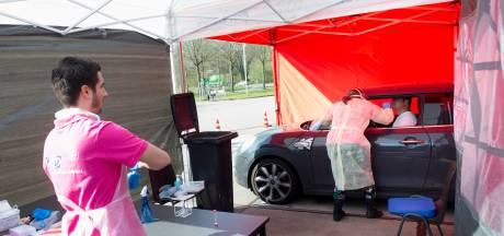 Drive-in coronatest bij brandweer Vaassen: potentiële patiënten laten zich testen vanuit de auto