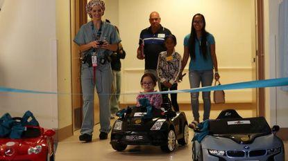 In dit kinderziekenhuis rijden de patiëntjes in een BMW of Lamborghini naar de operatiekamer