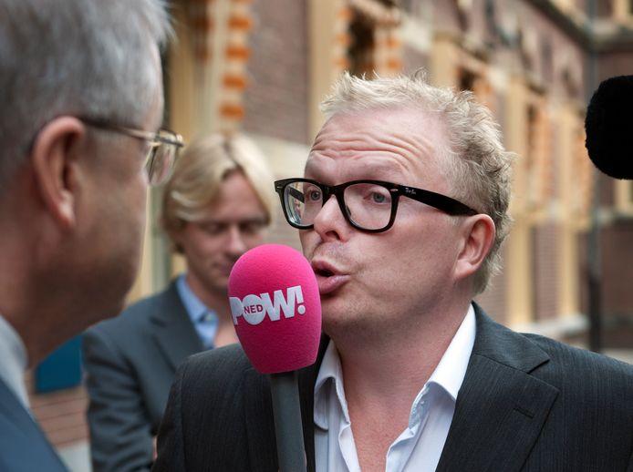 2010-09-24 10:08:28 DEN HAAG - Verslaggever Jan Roos van de omroep Powned interviewt vrijdag minister Ernst Hirsch Ballin op het Binnenhof na afloop van de ministerraad. ANP ROBERT VOS