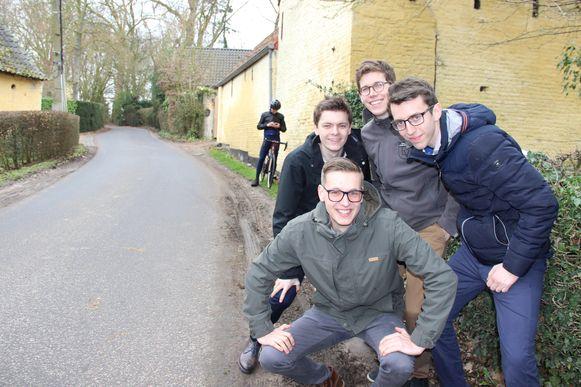 Deze vrienden rijden hun eigen Omloop: de start, Ast, Haaghoek, Leberg en Valkenberg staan op het programma.