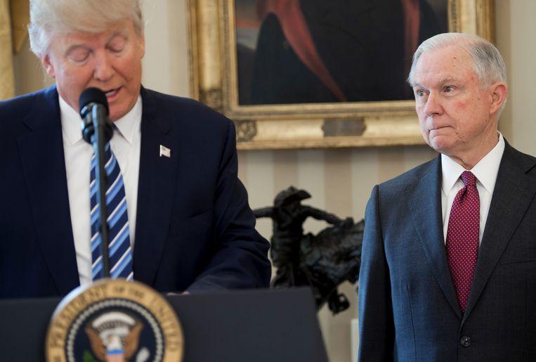 Donald Trump en Jeff Sessions in februari 2017, nadat Sessions officieel werd ingezworen als minister van Justitie.