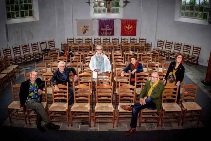 De organisatoren van KunstBakens in het kerkjevan Boven-Leeuwen, met v.l.n.r. Gerrit van Meurs, Theo Tomassen, Ans van den Hurk, Monique van Stokkum, Eduard Gerrits en Nellie de Mulder.