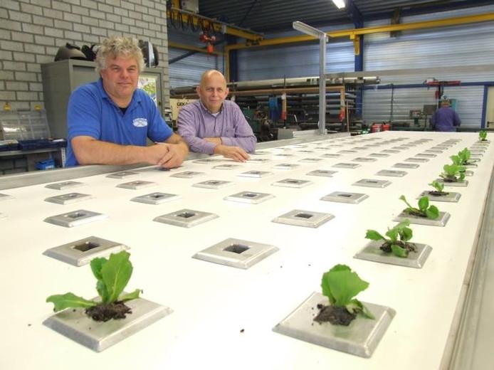 René Verbakel en Hans van Asseldonk bij hun nieuwe machine. foto Franka Willems/BD