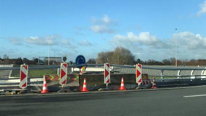 Zoveelste ongeval op rotonde: bestuurder (26) dondert vier meter naar beneden en raakt zwaargewond
