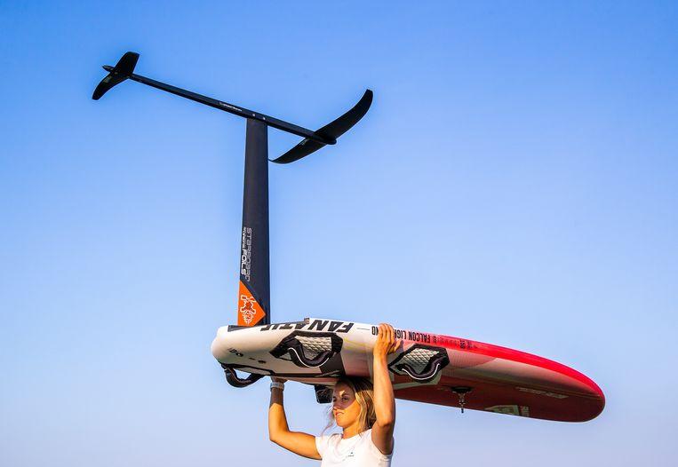 Windsurfster Lilian de Geus draagt een foilplank met twee horizontale vleugels. Die zorgen voor een opwaartse kracht waardoor de surfer loskomt van het water. Beeld Jiri Büller / de Volkskrant