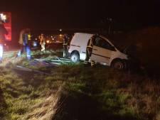 Auto raakt van de weg in Delden, bestuurder spoorloos