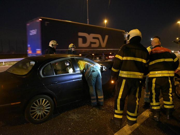 Een van de betrokken chauffeurs krijgt assistentie.