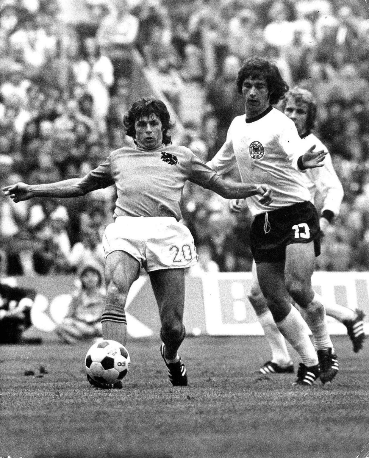 Wim Suurbier in duel met Gerd Müller in de WK-finale van 1974. Beeld GPD