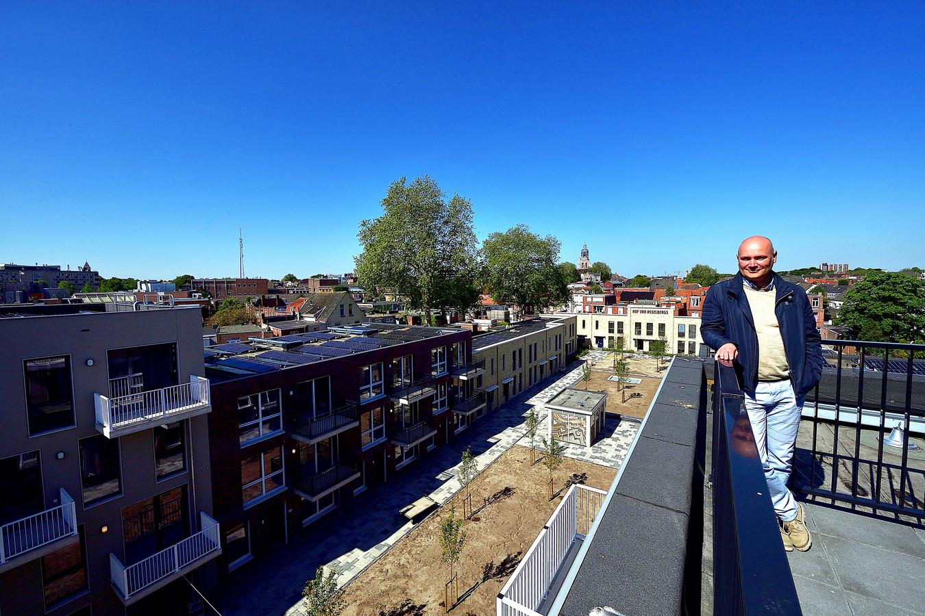 Het Hof van Asselbergs tegenover het NS-station in Bergen op Zoom, met uitzicht op binnenstad en Peperbus, is vrijwel voltooid. Projectleider Michiel Miedema van Stadlander kondigt met gepaste trots een open dag aan: woensdag 22 mei.