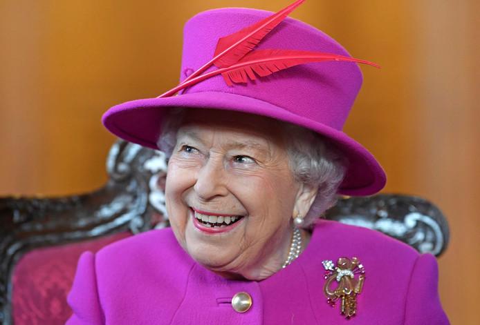 De Britse koningin Elizabeth heeft traditiegetrouw aan het eind van het jaar vele bekende en onbekende landgenoten gedecoreerd.