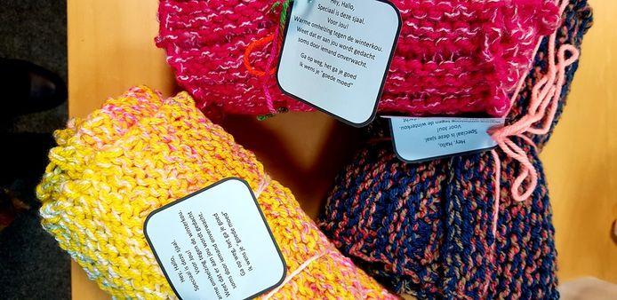 De sjaals die zijn gebracht bij de voedselbank in Leerdam.