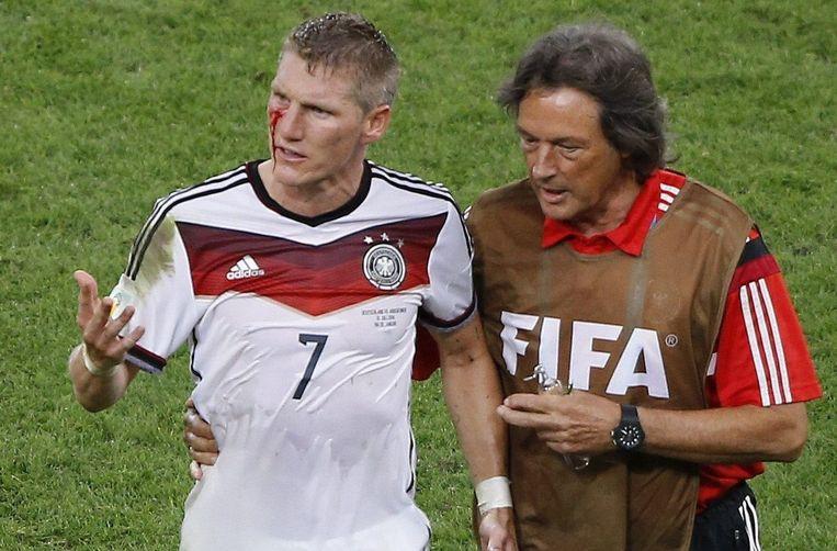 Behalve zijn werk als teamarts bij Bayern heeft Hans Müller-Wohlfahrt ook de Duitse nationale ploeg onder zijn handen. Hier begeleidt hij Bastian Schweinsteiger.