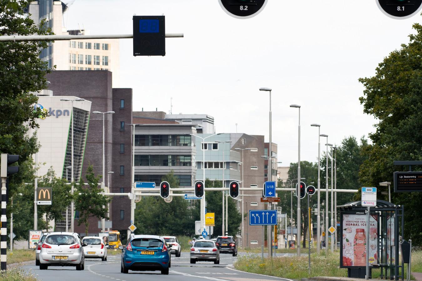 De 'groene golf' op Burgemeester Matsersingel in Arnhem-Zuid. De bordjes boven de weg staan op zwart vanwege de coronapandemie.