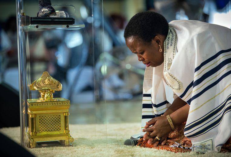 Een huilende pastor Mpfariseni Mukhuba Beeld Bram Lammers