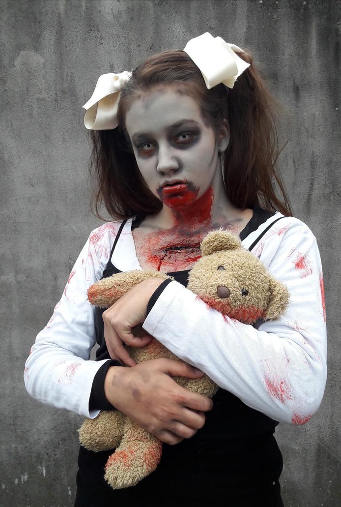 Halloween Zombie Schmink.Myrthe 17 Zorgt Voor Horror In Almelo Almelo Tubantia Nl