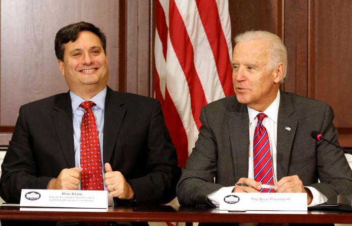 Joe Biden met nieuwe stafchef Ron Klain in november 2014. Biden was destijds nog vice-president onder Obama en Klain was ebola responscoördinator.