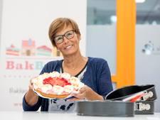 Met taart bij de buren op de stoep in Wierden