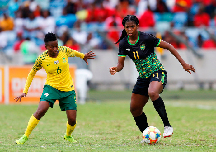 Khadija Shaw (r) namens Jamaica in actie tegen Zuid-Afrika.
