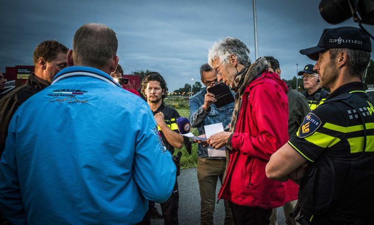 Johan Vollenbroek van de natuurorganisatie Mobalisation for the environment (MOB) praat met demonstrerende boeren die hem in Nijmegen een brief hebben gebracht. Beeld ANP