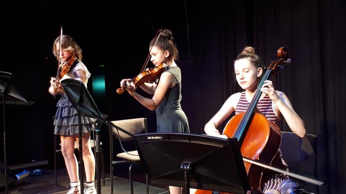 Lola Aleida Pansier, Rosa Prins en Senna Smits (vlnr) speelden vrij van plankenkoorts op het grote Lievekamppodium. Als toptalenten van het Osse muziekonderwijs treden zij veel vaker op.