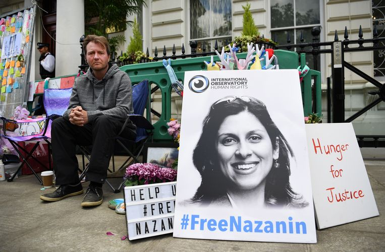 Richard Ratcliffe, de man van Nazanin, in juni buiten de Iraanse ambassade in Londen waar hij in hongerstaking was.   Beeld EPA