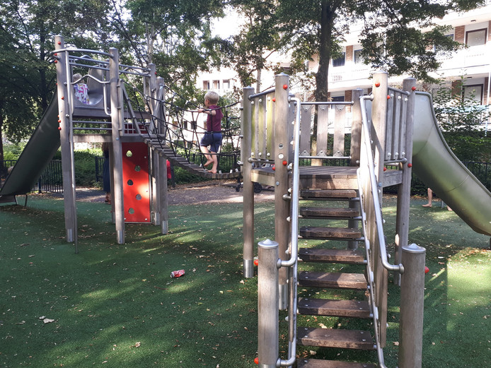 Blowende jongeren laten volgens wijkagenten veel troep achter in de speeltuin.
