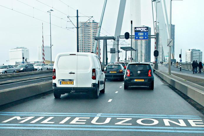 Benzineauto's van voor 1 januari 1992 mogen de Erasmusbrug weer over.