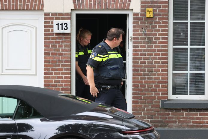 De politie heeft vanmiddag weer een kraker uit het pand aan de Weteringkade gehaald. De huurders van het pand zijn inmiddels uit angst voor de krakersbende vertrokken.