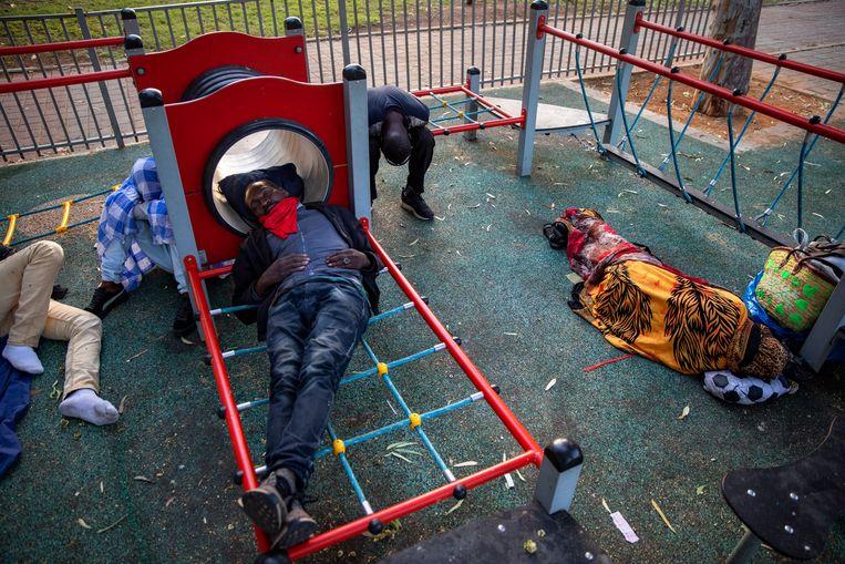 Soedanese migranten slapen in een speeltuin in Tel Aviv.  Beeld AP