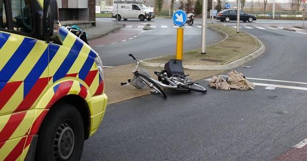 Fietser gewond bij botsing met auto in Hardenberg; bestuurder aangehouden.