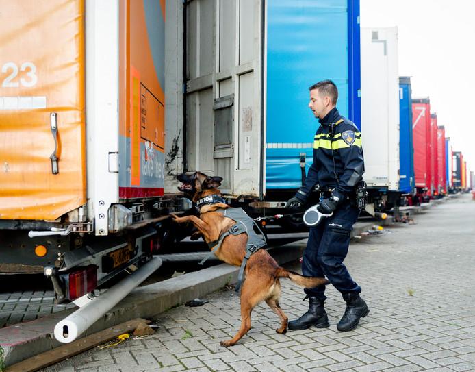 Politie controleert een vrachtwagen op verstekelingen