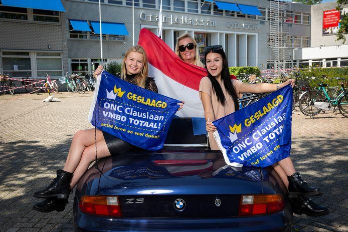Megan de Jong (rechts), Valerie Kemp (links) en haar moeder Marjelle Kemp vieren het behalen van hun diploma aan het Oranje Nassau College aan de Clauslaan.