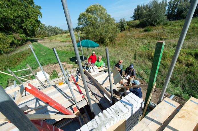 Vrijwilligers bouwen witte keet op in biesbosch. Pix4Profs/René Schotanus