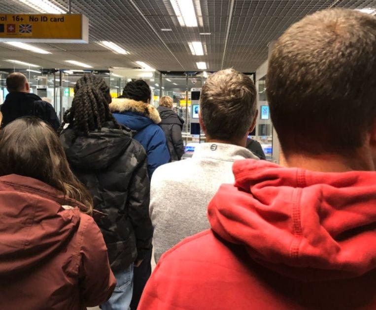 Voor Browning was het aanschuiven geblazen bij de douane op Schiphol.