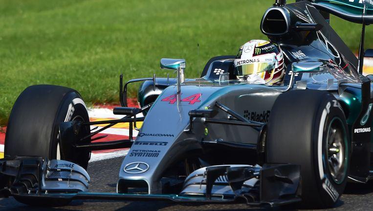 Lewis Hamilton is op weg naar een nieuwe pole-positie.