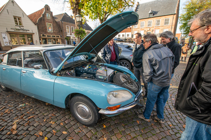De 'Snoek' Citroën DS Electric van Henk Reins uit Tholen trok zaterdag bekijks.