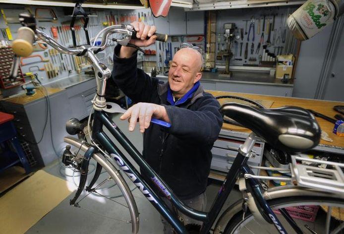 Rinus Zuidweg uit Kloetinge werkte jaren als loodgieter, maar heeft nu een nieuwe roeping gevonden: fietsen maken.foto Willem Mieras