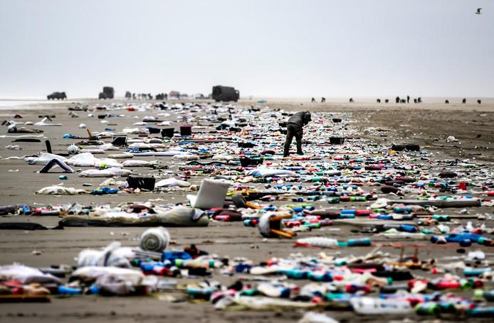 Het strand van Schiermonnikoog op 4 januari, nadat het vrachtschip MSC Zoe 270 containers was verloren