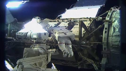 Bij de ruimtewandeling moet een kapot onderdeel worden vervangen.