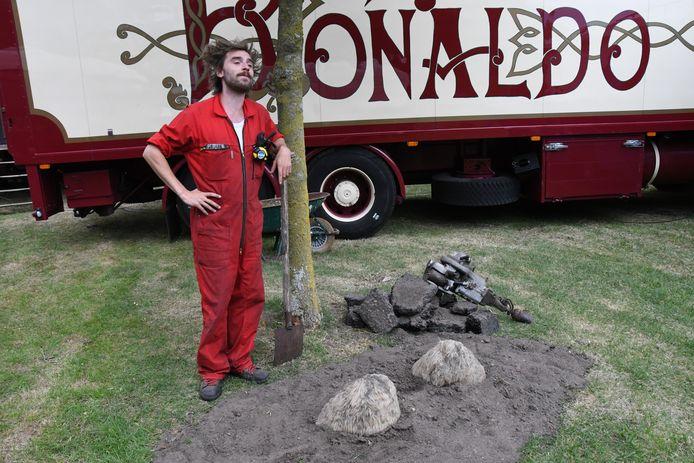 Nu het circus afgelast is, heeft ook de kameel het loodje gelegd. Twee bulten vormen het tastbare bewijs.