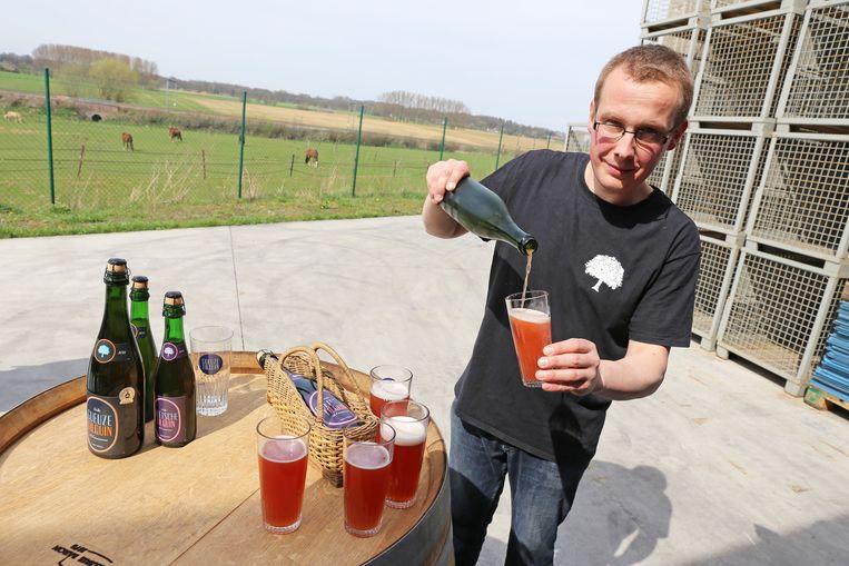 Pierre Tilquin schenkt een glas Oude Quetsche Tilquin uit.