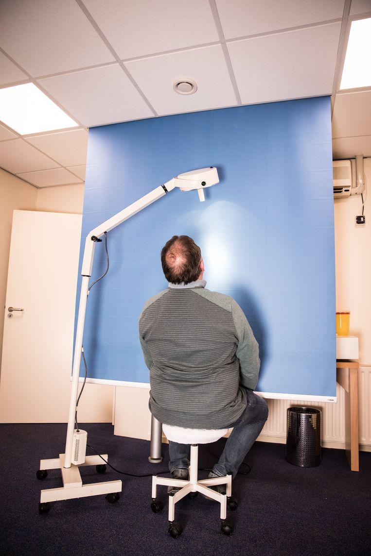 Deze man komt al sinds 2004 in het Haarkabinet in Tilburg. Hij heeft zijn bovenste haarlijn met de pillen weten te behouden.    Beeld Marlena Waldthausen