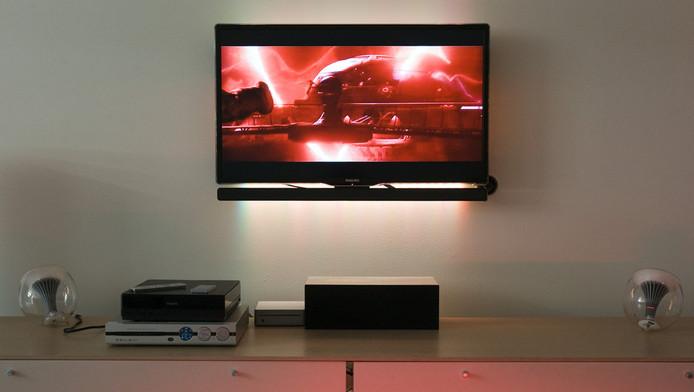 Een Philips televisie aan de muur